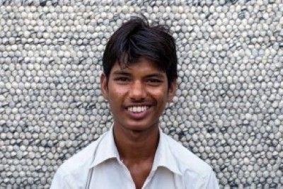 Rajkishor      We zijn super #trots op ons #Sukhi #team!  In #India worden aan onze wollen lus kleden gewerkt, maar ook aan onze #stenen #kleden, vervilte wollen draden kleden en vilten blaadjes kleden! Een groot team dus! #Funfact: Alleen in India werken er ook #mannen aan onze kleden! Waar normaal gesproken alleen #vrouwen aan onze Sukhi #vloerkleden werken! | Sukhi.nl