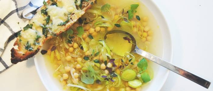 Löksoppa med kikärtor och mejramtoast:  http://lantmannen.se/recept/vintermat/Loksoppa-med-kikartor-och-mejramtoast/