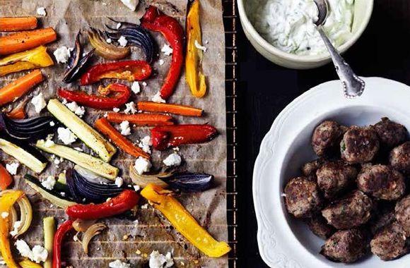 Græske frikadeller med ovnbagte grøntsager