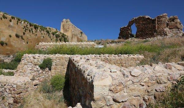 İnşa edilirken kullanılan mor ve mavi çiniler dolayısıyla Çinimaçin Kalesi olarak da anılan Bayburt Kalesi'nde surlar onarılacak, arkeolojik...