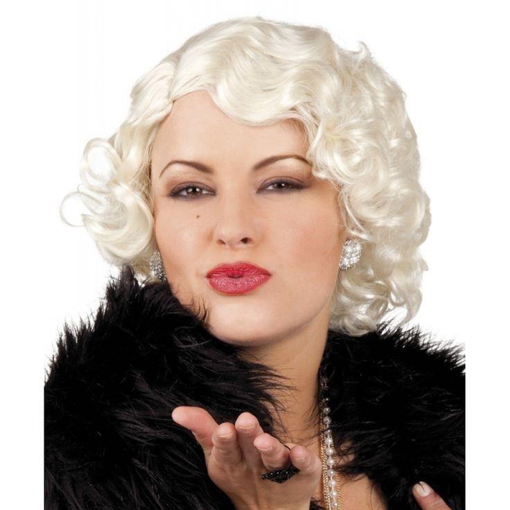 Marilyn monroe pruik blond. Waan uzelf marilyn Monroe met deze blonde pruik. One size geschikt voor volwassenen.