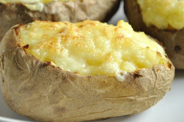 Con formaggio o con carne, con verdure o al cartoccio: le patate ripiene al forno sono un piatto dalle mille varianti, ideali come contorno o da servire come piatto unico. Ecco come prepararle.
