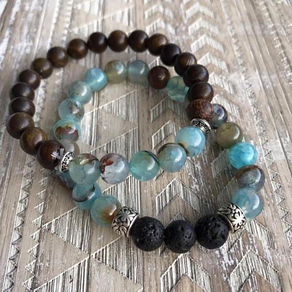 Agate bleue, lave et bois Bracelet Mala empilent (2 Bracelets) Agate bleue est dans la famille Agate, ce qui est dit à accroître la sécurité et la confiance en soi. Lave est une pierre d'enracinement dire pour calmer les émotions et donner de l'énergie. Ce sont aussi les
