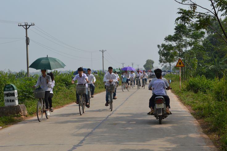 Een van de eerste dingen die we bij Hanoi doen, is een scootertrip maken. We rijden op de bonnenfooi richting Ba Vi National Park. http://www.pimenjiska.nl/scootertrip-rond-hanoi