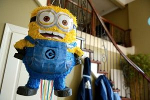 Maak een leuke piñata gevuld met snoep (lekker ongezond) of gevuld met gezonde dingen. Naast dat een piñata er leuk uitziet als hij hangt, zorgt het ook voor een hoop plezier bij de kids.