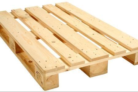 I pallet sono delle strutture in legno in genere utilizzate dalle industrie per sostenere mobili, elettrodomestici e macchine utensili. Spesso capita di trovarne qualcuno da un negozio che ha appena ricevuto una fornitura, oppure li possiamo acquistare in un centro che vende legno all'ingrosso. Lo scopo di questa caccia frenetica ai pallet, è di riciclarli in modo intelligente e funzionale. In questa guida in riferimento a ciò, indichiamo come costruire uno scaffale con i pallet.