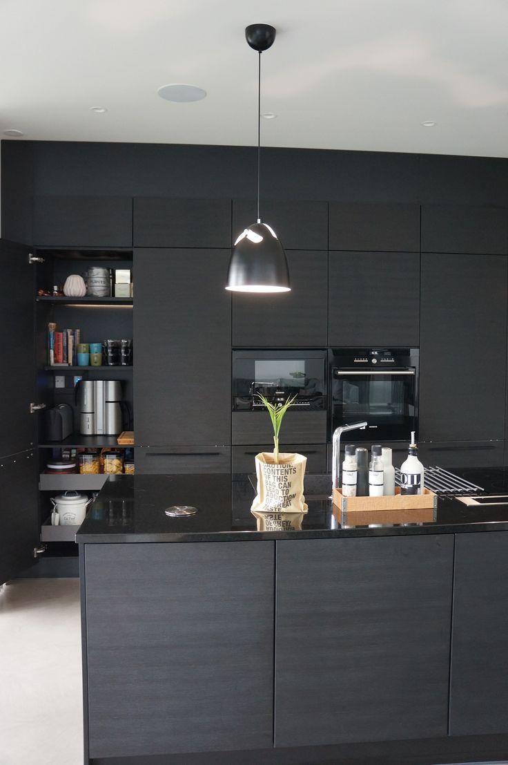 Musta keittiö - aamiaiskaappi Puustelli