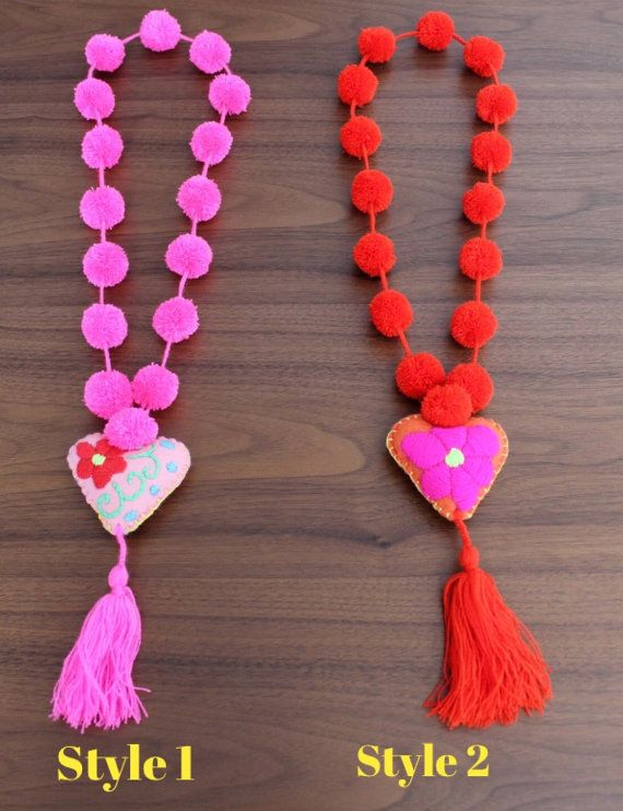 Multicolored pom poms necklace with felted heart di ChiapasbyJUBEL