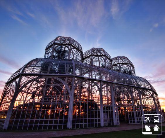 Esse Jardim Botânico de Curitiba é deslumbrante demais! Você sabia que sua estufa de vidro é inspirada nos antigos salões de cristal ingleses?   Venha se encantar com as belezas deste ponto turístico paranaense com a Clube Turismo! Consulte mais informações: lalasponchiado.home@clubeturismo.com.br  #AmoViajar #CurtaoBrasil #AproveiteSuasFerias #OndeEuQueriaEstarAgora #QueDestinoeEsse #VenhaConhecer