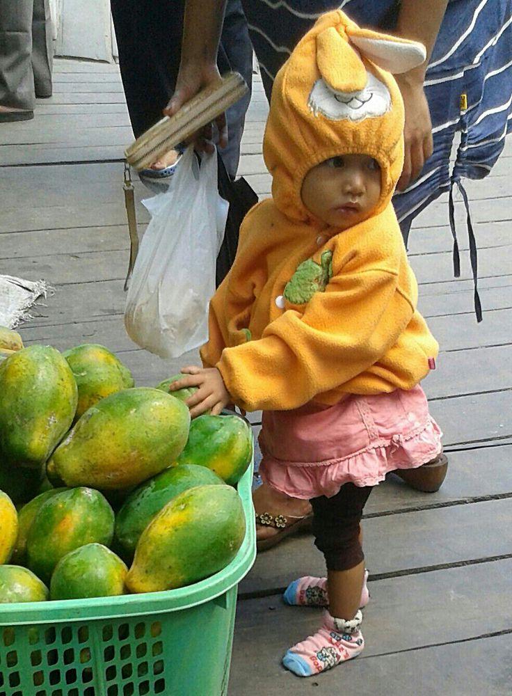 Girl at the fish market Balikpapan (Indonesia) by Pas Ibañez)