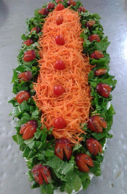 Joaninhas de tomate cereja, para fazer a joaninha corta o tomate cereja no meio, faz novamente meio corte, usei para a cabecinha a ponta de ...