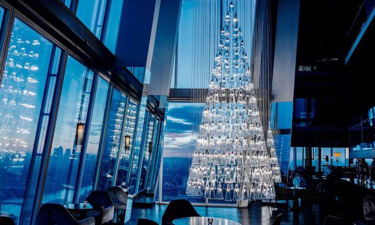 Lee Broom vytvořil pro mrakodrap Shard skleněný vánoční strom ze svítidel