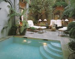 diseño de patio moderno con piscina y jardin pequeño