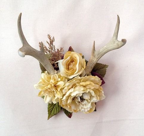 Dainty and rustic vintage six point antler mounted on dark stained small plaque, accented with faux flowers in creamy hues. Antlers are naturally asymmetrical. Plague measures 7 in circumference, antler spread is 10 in.     These dainty macabre  pieces are one of a kind, although custom orders ca...