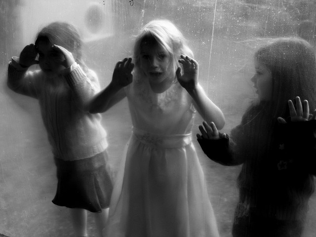 hari roser: Window Shops, White Photography, Hari Roser, Slippers Buddha, Pictures, Black Whit, Kids, Curious Girls, Photography Inspiration