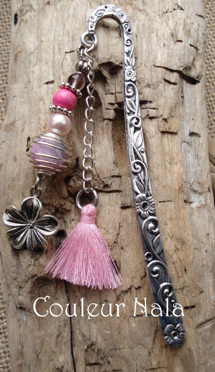 Marque pages bijoux de 12cm, perles de bois, métal et verre, pompon en coton rose, fleur en métal argenté : Marque-pages par couleur-nala