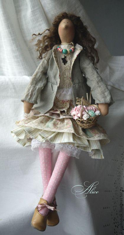 Алиса. Не припомню, чтобы кто-то так капризничал. Весь процесс шитья кукла диктовала мне условия, заставляла менять одежду, обувь. Главное требование: челочки в розовый горошек и кролик:) Мне кажется она необычайно живой, легкой и озорной.