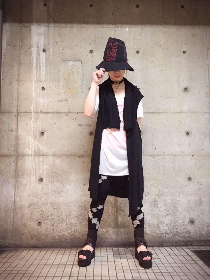 春のモードスタイル! 軽い素材でシンプルなモードスタイルを提案します!このベストは元々ポンチョです!L.G.Bのアイテムは色々な着方があって面白いブランドなんですが、今回はジレ風に着てみました!着用アイテム:Hat nivernois/size L ¥23,000+tax PonchoL.G.B/size F ¥14,000+tax Tops L.G.B/size 2 ¥9,800+tax  Bottom KMR...