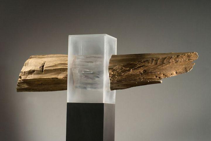 L'artiste néerlandais Diederik Storms utilise des matériaux bruts comme des galets ou du bois pétrifié dont il remplace des tranches par du plexiglas qui suit parfaitement la forme de l'objet original, contrastant le coté massif du bois et des pierres avec celui léger et transparent du plexiglas.