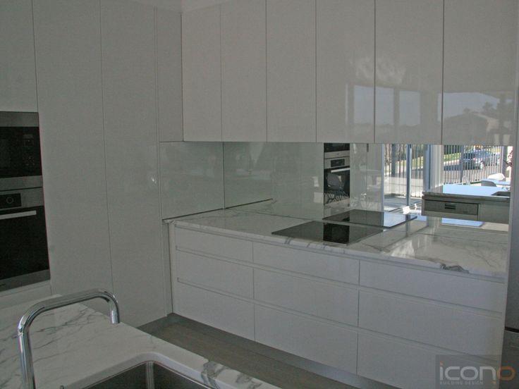 Glossy white kitchen! #kitchen #white #iconobuildingdesign #Architecture