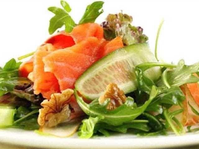 Ensalada de pepino con salmón