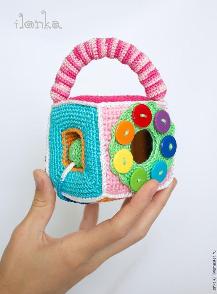 Вяжем развивающий кубик с лазейкой для шариков, божьей коровкой и зеркальным цветочком - Ярмарка Мастеров - ручная работа, handmade