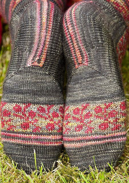 Unusual construction with provisional cast-on and mitered square and short-rows. Ravelry: strikkeliese's puolukka. Lingonberry from Twist Collective.