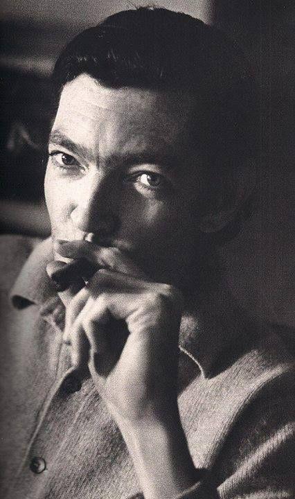 """""""Salvarme de qué, me pregunto. Pero precisamente de eso: salvarme de que hoy no pueda hacer otra cosa que preguntármelo, y que no haya otra respuesta que el humo del tabaco y esa vaga esperanza inútil que me sigue por las calles como un perro sarnoso."""" Julio Cortázar"""
