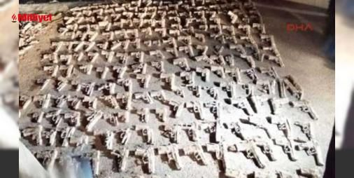 O silahları 6 yıl önce polis kıyafetli kişiler gömdü: Üsküdarda kuru sıkı olduğu belirtilen 240 tabancanın bulunduğu arazide inceleme sona erdi.Sabah saatlerinde iş makineleriyle tekrar başlayan ve yaklaşık 3 saat süren çalışmalar sonrasında ekipler topladıkları delillerle olay yerinden ayrıldı.Çevre sakinleri mahallelerinin çok sakin olduğu belirti...  #ekipler #topladıkları #delillerle #çalışmalar #süren