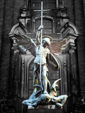 Saint Michel Archange,  Défendez-nous dans le combat, soyez notre secours contre la malice et les embûches du démon. Que Dieu exerce sur lui son empire, nous vous le demandons en suppliant. Et vous, Prince de la Milice Céleste, repoussez en enfer par la force divine Satan et les autres esprits mauvais qui rôdent dans le monde en vue de perdre les âmes.  Ainsi soit-il.
