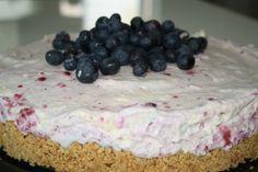 Du behöver en form med avtagbara kanter (ca 26 cm) Ingredienser : ca 175 – 200 gram digestivkex 50-60 gram osaltat smör 4 äggulor 4 äggvitor 4dl grädde 300 gram philadelphiaost 2 dl strösocker 1 tsk vaniljsocker 2 citroner (rivet skal) 150 gram frysta bär Garnering : Färska blåbär Gör … Läs mer
