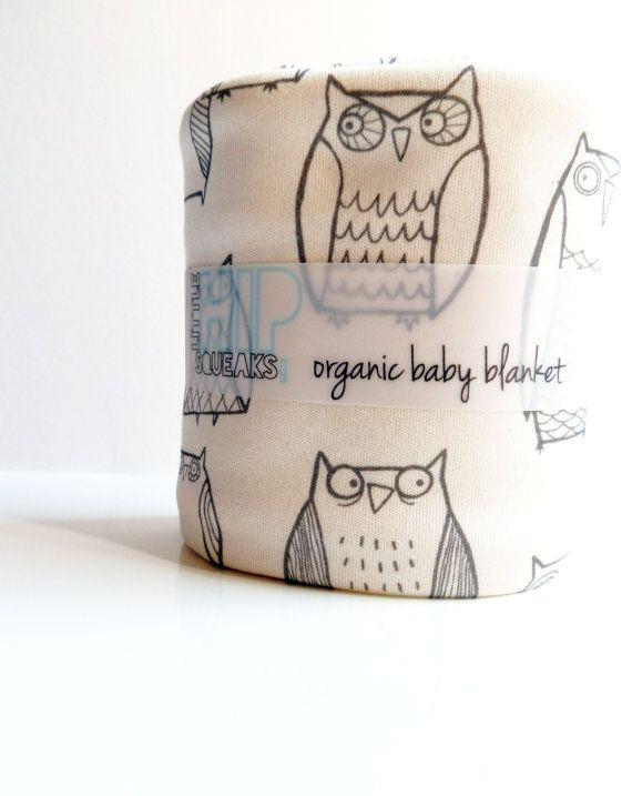 Mooie #deken voor #kinderkamer met #uilen | Illustrated owl blanket on etsy. This shop has tons of cute, hip baby stuff.