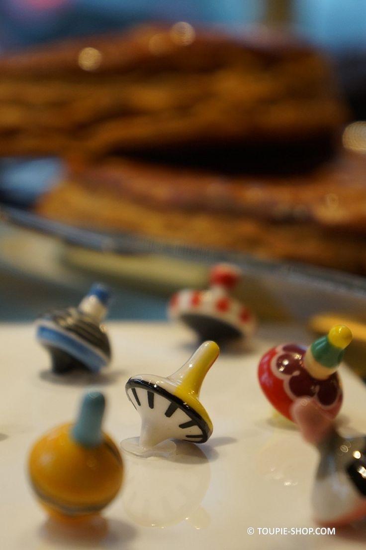 Mini Toupie gourmande en porcelaine ! Elle rêve de devenir fève ! A mettre dans n'importe quels gâteaux ou galettes des rois ! A lancer délicatement. Jeu de toupie pour les gourmands, comme cadeau de table, animation jeux fête de famille, pour collectionneur de fèves en porcelaine ou collection de toupiesToupie Fève en Porcelaine Jeux de Collection Fève Originale Toupie-Shop