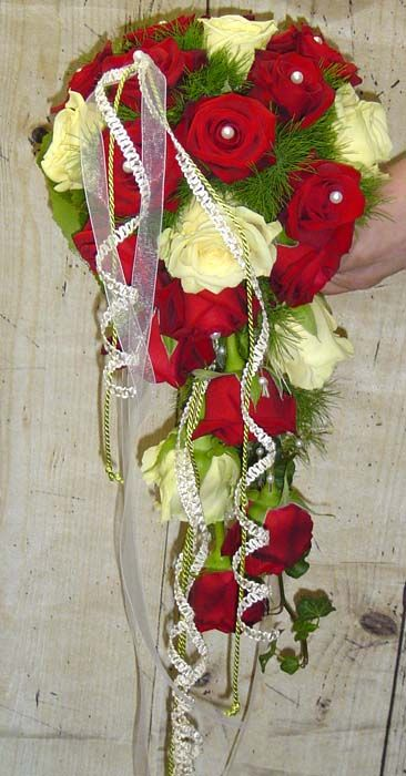 Brautstrauß rote und weiße Rosen