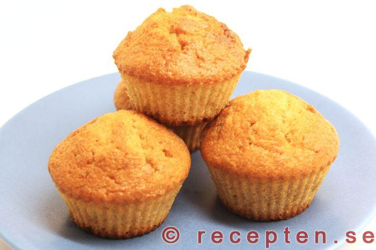 Bananmuffins - Recept på goda bananmuffins som kan bakas både stora (amerikanska) eller mindre (svenska). Enkelt recept med bilder steg för steg.