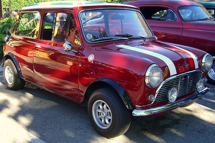 Zo'n mooie oude Mini Cooper met Engelse vlag op het dak. Jouw spaardoel? Like of repin!