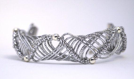 Silver bracelet #handmade #knotted #macrame  #party di #morenamacrame #silverbracelet  Color argento ricco di luce, luminoso ed elegante, sarà un gradito regalo per una persona importante.  Un invito per una festa elegante con questo bellissimo bracciale che ho intrecciato con i nodi del macramè renderà ricco di fascino il tuo abbigliamento.  La chiusura è regolabile.