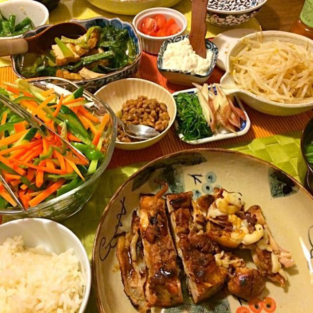 Home sweet home. Homemade dinner! ただいま。バーガーもいいけど、やっぱり和食やね。こんなご馳走が出てきて幸せだー - 8件のもぐもぐ - チキン照り焼き、厚揚と小松菜の煮浸し、もやしナムル、インゲンの胡麻和え、サラダなど by junya