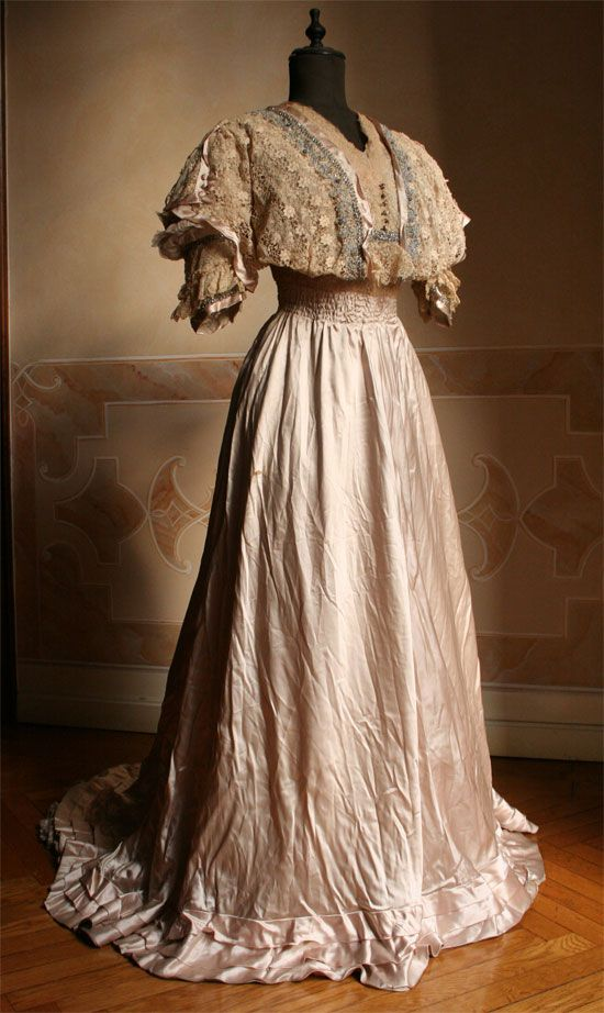 1907 - 	    Full dress with lace bodice and skirt in satin blush-colored silk, closed posteriorly by a series of hooks