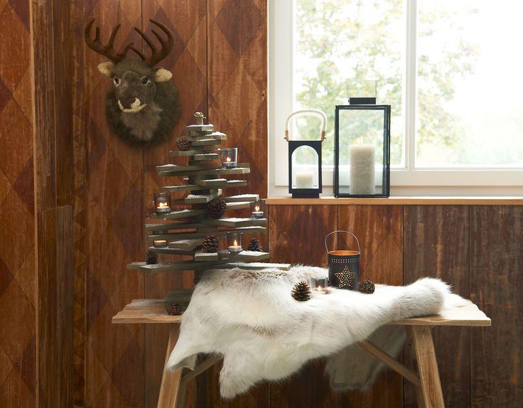Kerstboom op pin: stoere kerstboom gemaakt van houten vergrijsde balkjes. Blikvanger en helemaal van nu! #kerst #winter
