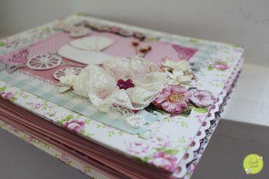 Cu iz de primavara si parfum de flori, va prezint mai jos albumul conceput pentru o fetita minunata. Culorile predominante sunt roz, blue, ivory, alb. Dimeniunea lui este de 19×24 cm, contine …