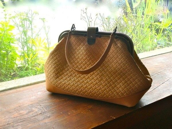 Leather that was embossed on the braided style, I made a bag of pouch-shaped.