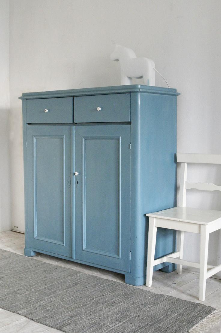 Old Swedish cupboard repainted with Allbäck linseed oilpaint, color: linseedblue | Antieke Zweedse kast, opnieuw geschilderd met Allbäck lijnolieverf, kleur: lijnzaadblauw