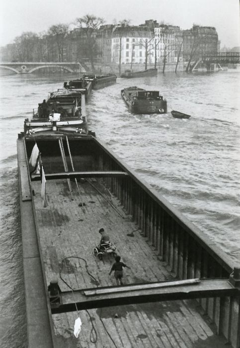 Willy Ronis: Barge and Children, Paris, 1959