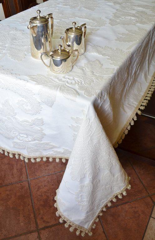 TOVAGLIA ROMANCE - PatriziaB.com  Importante tovaglia realizzata in prezioso broccato di lino ecrù in cui si dispiegano irregolarmente delicate foglie di acanto