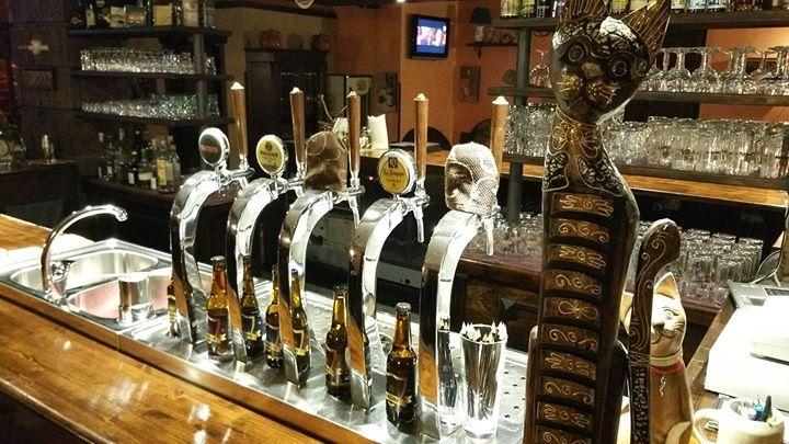 Al Gatta Ci Cova proponiamo cinque diverse tipologie di birre artigianali ciascuna con il nome di uno di noi cinque soci preparate su ricette di Marco Maietta il nostro mastro birraio in un laboratorio di Castel San Giorgio. Proprio come noi ogni birra ha il suo carattere le sue peculiarità che si sposano alla perfezione con i diversi piatti che proponiamo. ---- La domenica aperti anche a pranzo.  Siamo in Via Torre 30 a Manocalzati (Avellino) dal martedì alla domenica dalle 20 a mezzanotte…