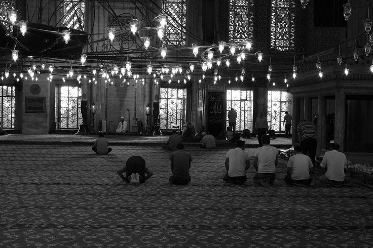 Life  ブルーモスク from Istanbul,Turkey. 「世界一美しいモスク」と謳われるイスタンブールのスルタンアフメット・ジャミイ。オスマン建築の傑作とも言われるこのモスク、通称は「ブルーモスク」。内部の壁や天井、柱、そして外観もほんのり青味がかっていることから、そう呼ばれる。