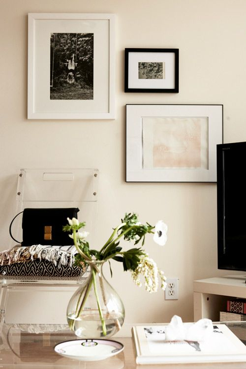 b+w: Living Rooms, White Home, Home Decor Ideas, Brooklyn Apartment, Black And White, Galleries Wall, Colors Palettes, Black White, Pictures Arrangements