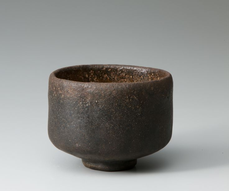 "Black Raku tea bowl named ""Mozuyaguro""   Chojiro1,  16th century,  Raku museum       初代 長次郎 黒樂茶碗 銘 万代屋黒 桃山時代(十六世紀)  樂美術館蔵         長次郎は赤樂茶碗から始め、その後数年遅れて黒樂茶碗を制作する。この茶碗は黒樂茶碗の中でも比較的早い時期に制作されたと考えられる。「大黒」にわずかに先行する天正10年(1582)頃だろうか、利休侘茶の深まる時期である。利休が所持し、利休の娘の婿、万代屋宗安に伝わり、万代屋家の黒茶碗として「万代屋黒」と呼ばれるようになった。  (引用/図録「茶碗の中の宇宙 樂家一子相伝の芸術」) #tea #bowl #ceremony #chawan #yunomi #raku #wabi sabi #sadou #ceramic #pottery"