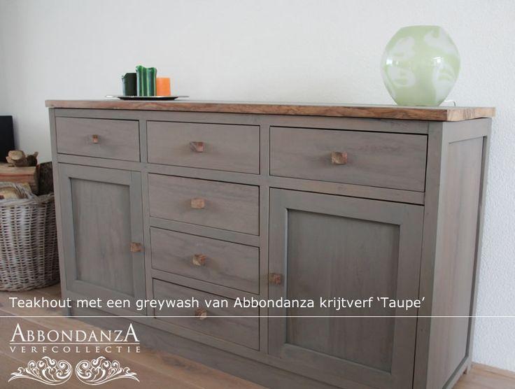 Dit teakhouten dressoir kreeg een greywash met Abbondanza krijtverf Taupe. Een wash maak je met 1 deel Abbondanza krijtverf en 1 deel water.